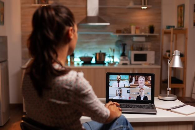 Bizneswoman przeprowadza wideokonferencję z klientami o północy z domu