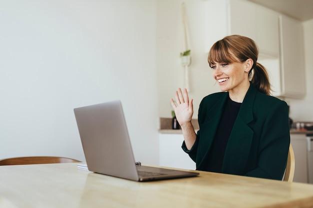 Bizneswoman przeprowadza wideokonferencję ze współpracownikami podczas kwarantanny koronawirusa