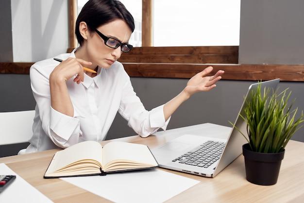 Bizneswoman przy biurku dokumenty profesjonalna praca na białym tle