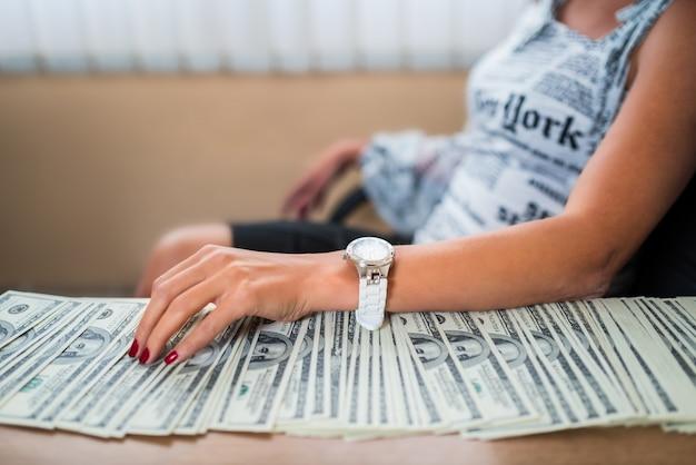 Bizneswoman przy biurku z pieniędzmi łapówki