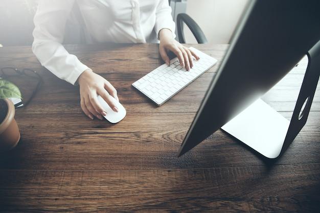 Bizneswoman Ręka Pisać Na Maszynie Na Klawiaturze I Myszy Premium Zdjęcia