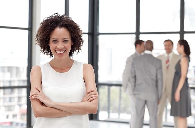 Bizneswoman ręki składać z jego kolegami