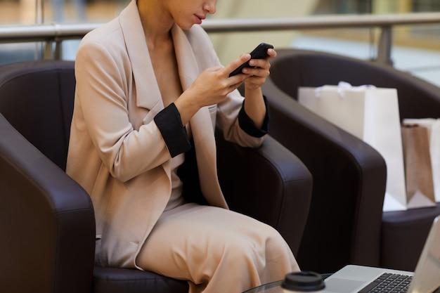 Bizneswoman relaksuje w zakupy centrum handlowym