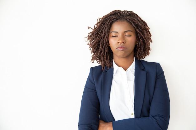 Bizneswoman relaksuje z zamkniętymi oczami