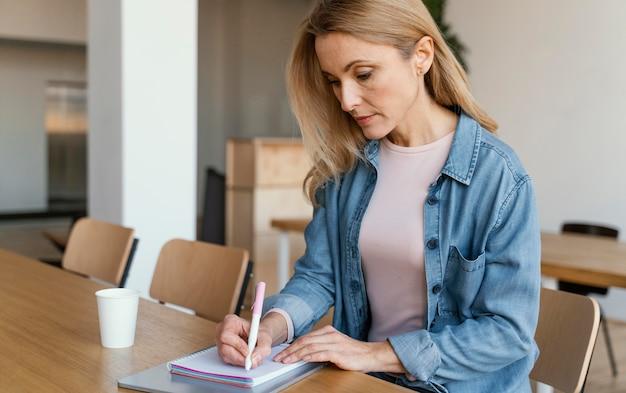Bizneswoman robienia notatek w pomieszczeniu
