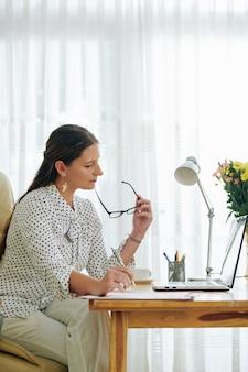 Bizneswoman skoncentrowana na pracy