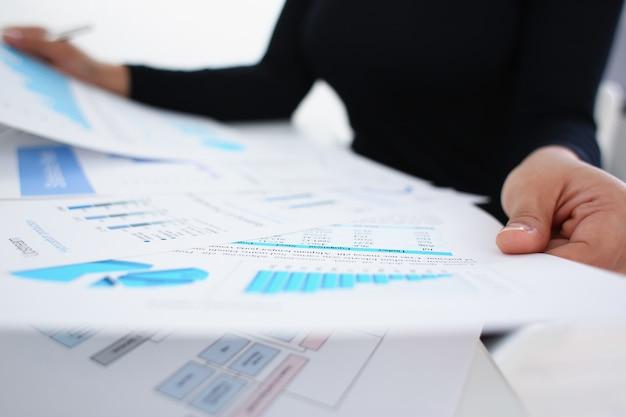 Bizneswoman studiuje dokumenty w biurowym zbliżeniu
