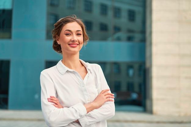 Bizneswoman sukcesu kobieta biznes osoba stojąca broni skrzyżowane na zewnątrz korporacyjnego budynku na zewnątrz uśmiech szczęśliwy kaukaski zaufanie profesjonalny biznes kobieta w średnim wieku kobieta przedsiębiorca