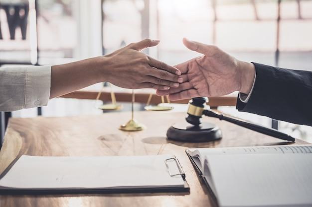 Bizneswoman trząść ręki z fachowym męskim prawnikiem po dyskutować dobrą ofertę kontrakt