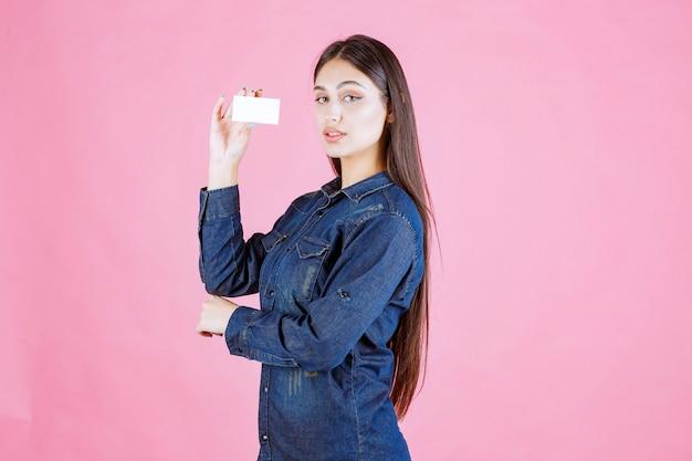 Bizneswoman trzyma i prezentuje swoją nową wizytówkę