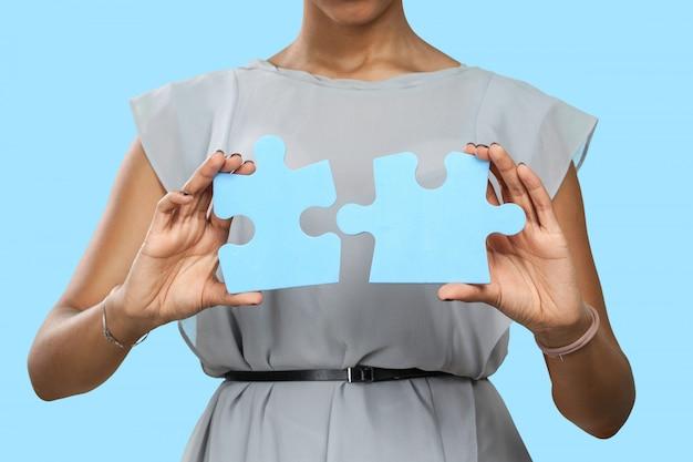Bizneswoman trzyma łamigłówki kawałki