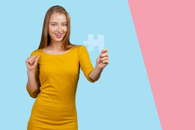 Bizneswoman trzyma łamigłówki. koncepcja biznesowa połączenia