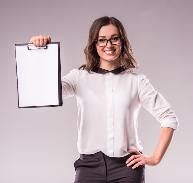 Bizneswoman trzyma schowek