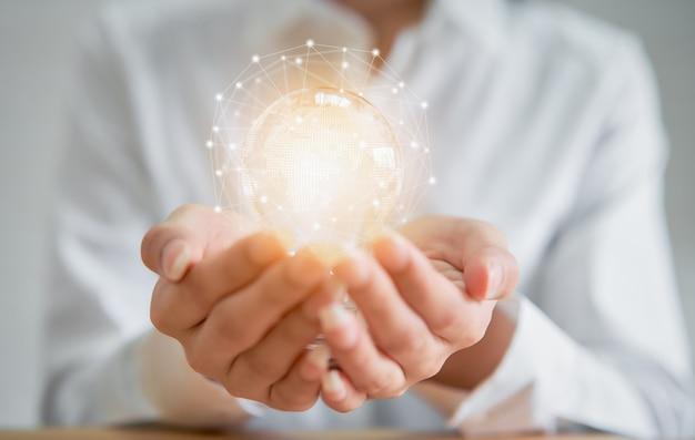 Bizneswoman trzyma żarówkę z innowacją i kreatywnością to klucze do sukcesu.