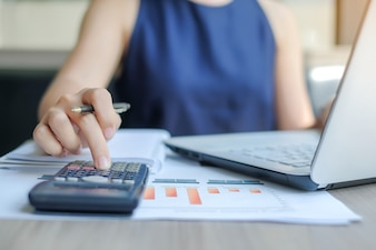 Bizneswoman używa kalkulatora dla analiza planu marketingowego