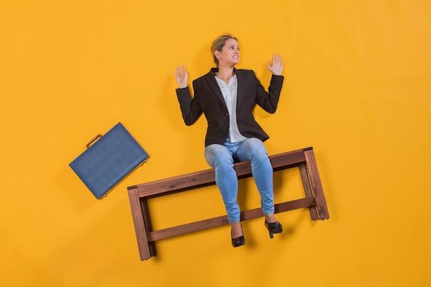 Bizneswoman unosi się na ławce