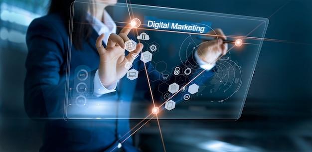 Bizneswoman używa globalną strukturę i rysuje networking na interfejs płatności online zakupy.