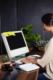 Bizneswoman używa jej komputer