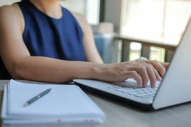 Bizneswoman używa laptop dla analiza marketing planu