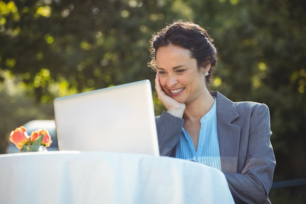 Bizneswoman używa laptop