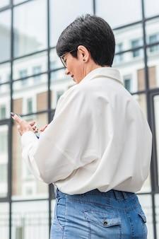 Bizneswoman używa swojego telefonu komórkowego