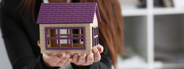 Bizneswoman w biurze trzyma miniaturę
