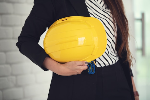 Bizneswoman w biurze z ciężkim kapeluszem