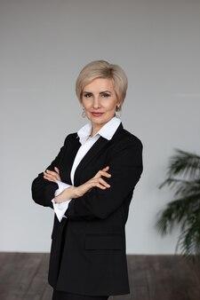 Bizneswoman w garniturze stoi portret