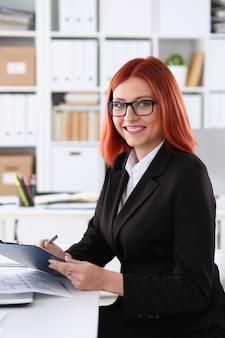 Bizneswoman w miejscu pracy w biurze
