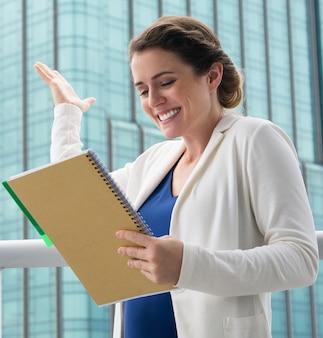 Bizneswoman w średnim wieku uwzględniając doskonały pomysł