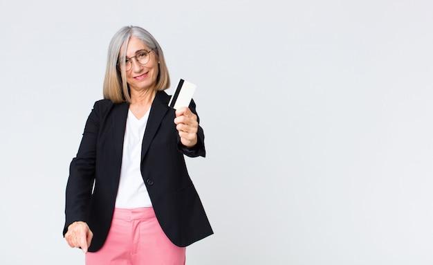 Bizneswoman w średnim wieku z kartą kredytową