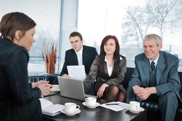 Bizneswoman w wywiadzie z trzy ludzie biznesu dostaje pozytywną informacje zwrotne