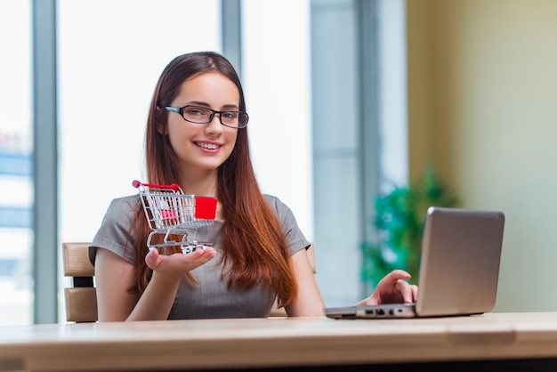 Bizneswoman w zakupy online pojęciu