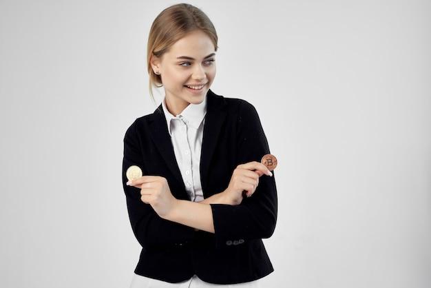 Bizneswoman wirtualne pieniądze gospodarki jasne tło