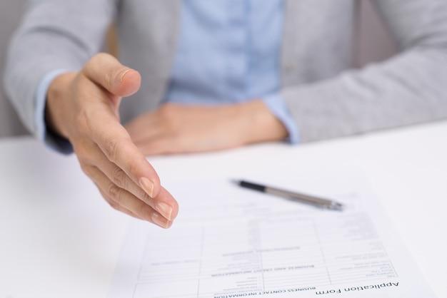 Bizneswoman wnioskuje pomyślną transakcję
