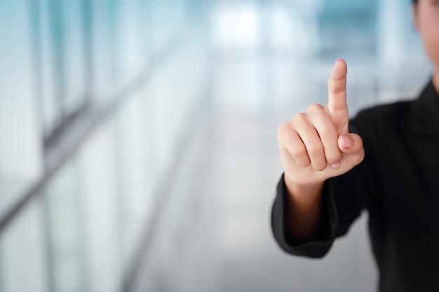 Bizneswoman wskazuje palec