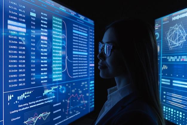 Bizneswoman wygląda na niebieskim monitorze