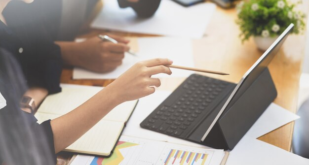 Bizneswoman wyjaśnia jej pomysłów pojęcia jej współpracownik