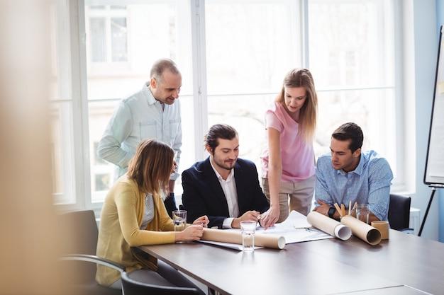 Bizneswoman wyjaśnia projekt koledzy