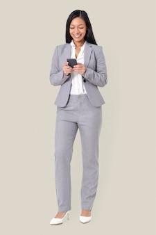 Bizneswoman wysyła sms-y przez telefon