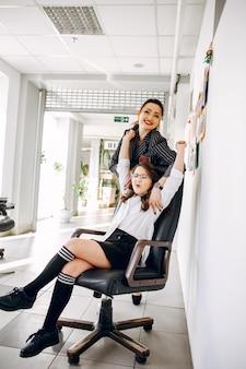 Bizneswoman z córką przy biurem