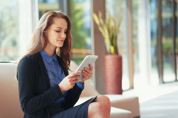Bizneswoman z cyfrowej pastylką w biurze