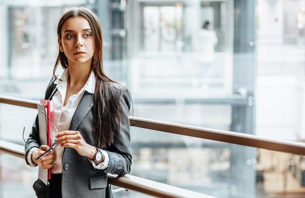 Bizneswoman z dokumentami do pracy. studentka z folderami z dokumentacją.