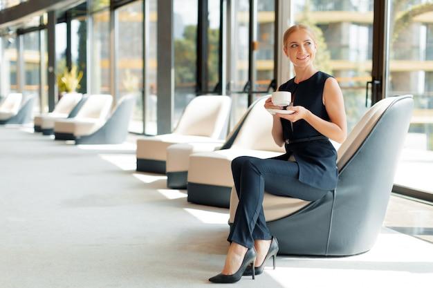 Bizneswoman z filiżanką kawy lub herbaty