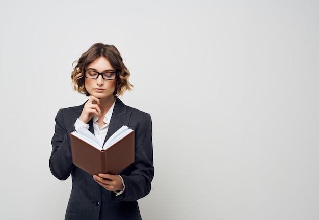 Bizneswoman z książką w rękach profesjonalista pracy