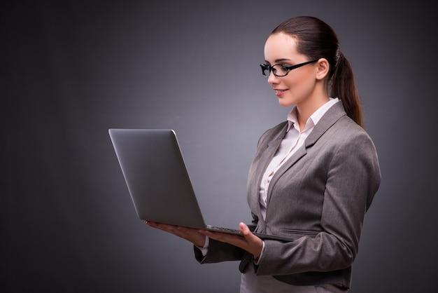 Bizneswoman z laptopem w biznesowym pojęciu