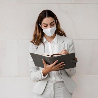 Bizneswoman z maską i porządkiem obrad