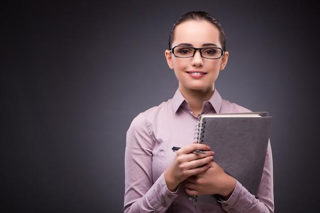 Bizneswoman z notatnikiem w biznesowym pojęciu
