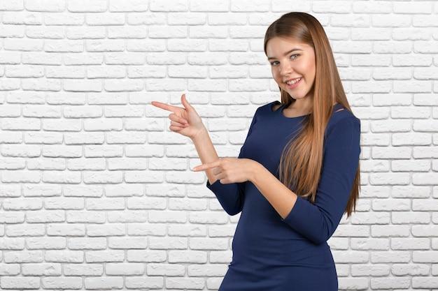 Bizneswoman z palcowym punktem na boku