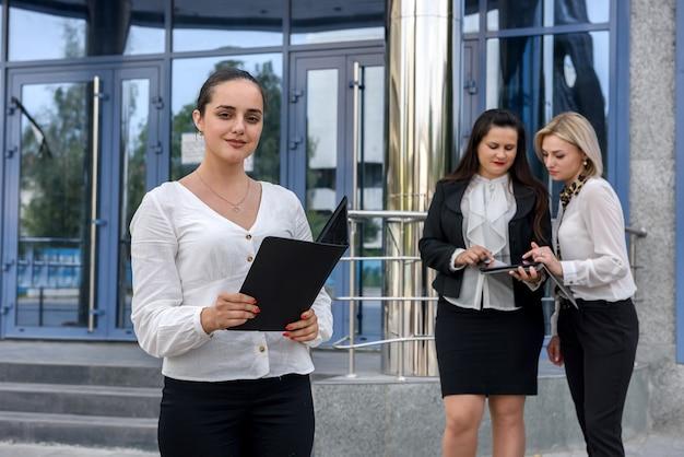Bizneswoman z tabletem obok kolegów
